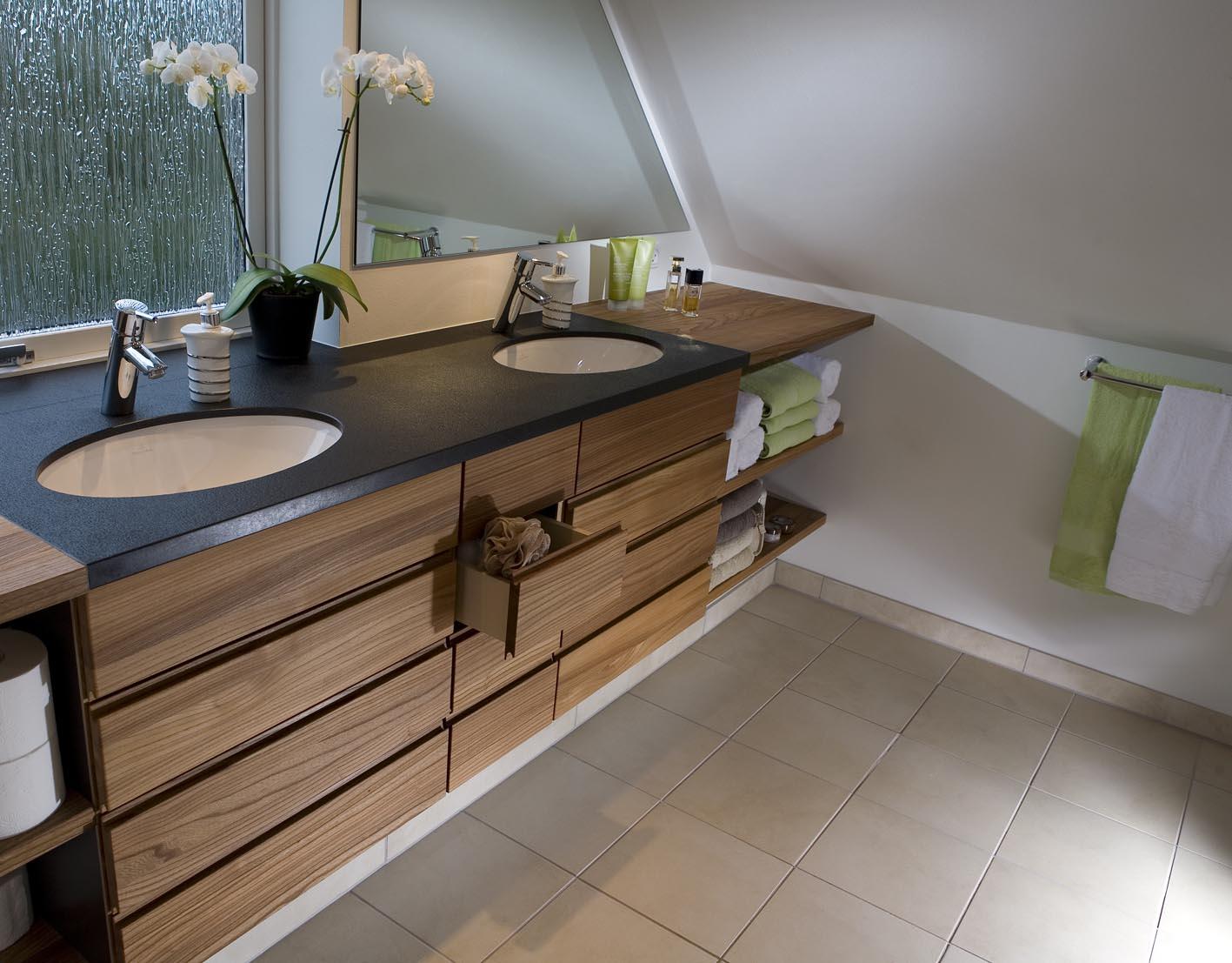 badeværelse udstillingsmodel Lækkert badeværelse med specialdesignede møbler badeværelse udstillingsmodel