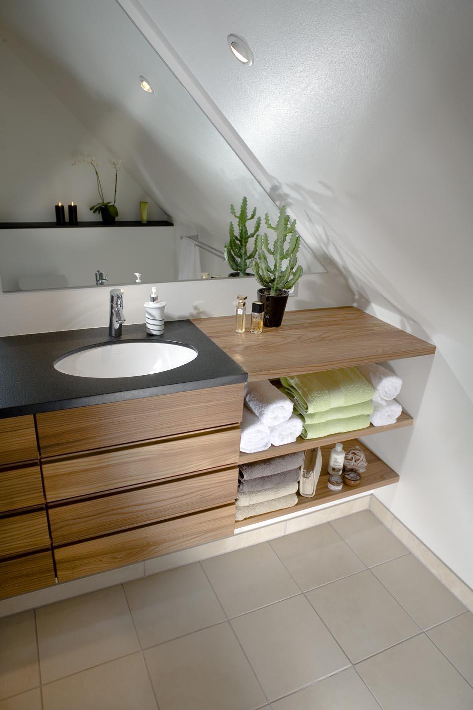 Lækkert badeværelse med specialdesignede møbler