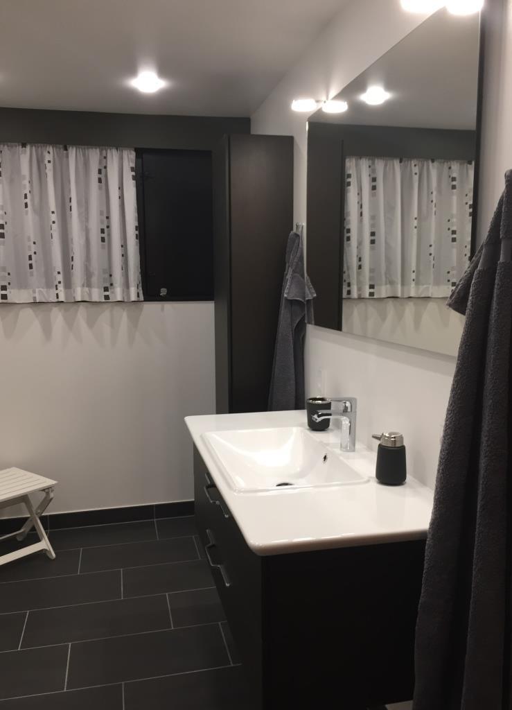 Stilrent nyt badeværelse i lyse og mørke toner - Bedre Bad Albertslund
