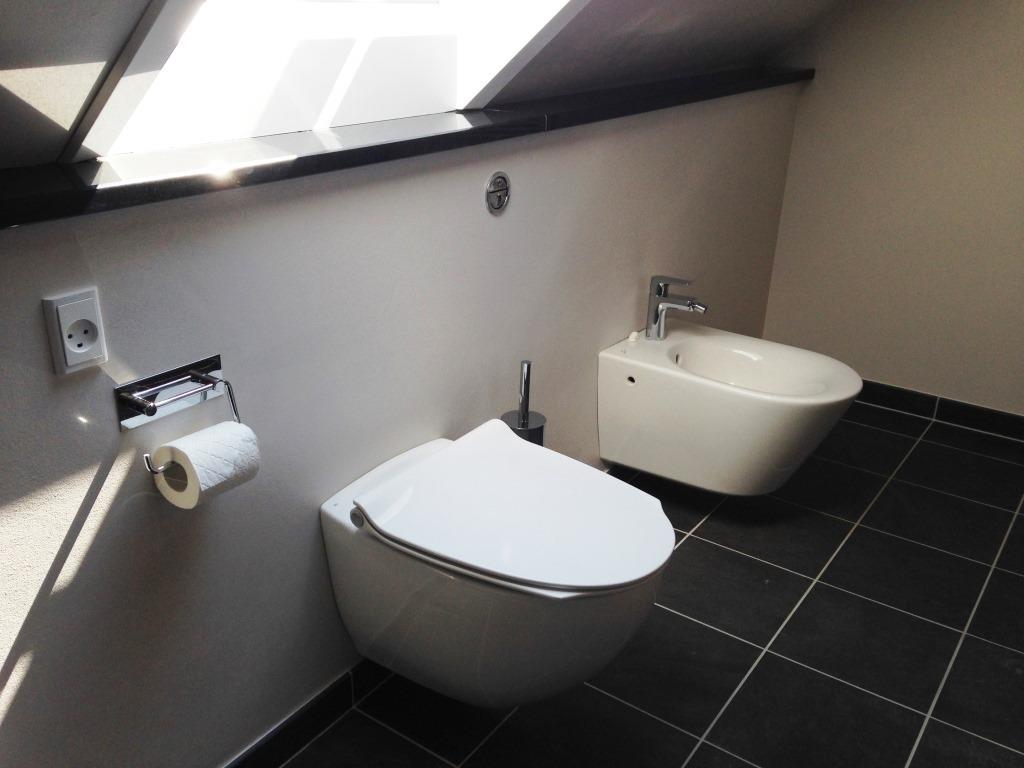 Badeværelse med skrå vægge - eksempel på indretning - Bedre Bad ...