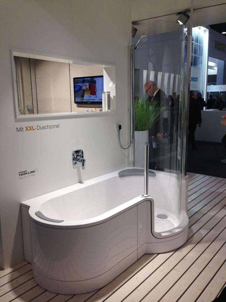 badekar med brus Nyt badeværelse med Kriss twinline badekar & bruseniche i et badekar med brus